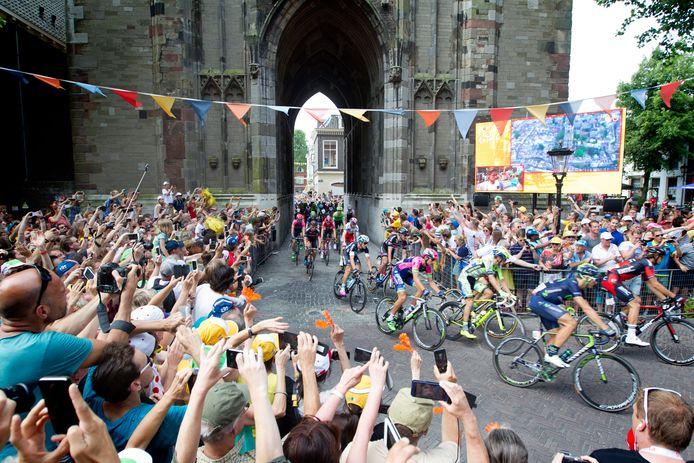 Renners rijden onder de Domtoren door tijdens de tweede etappe van de Tour de France in 2015