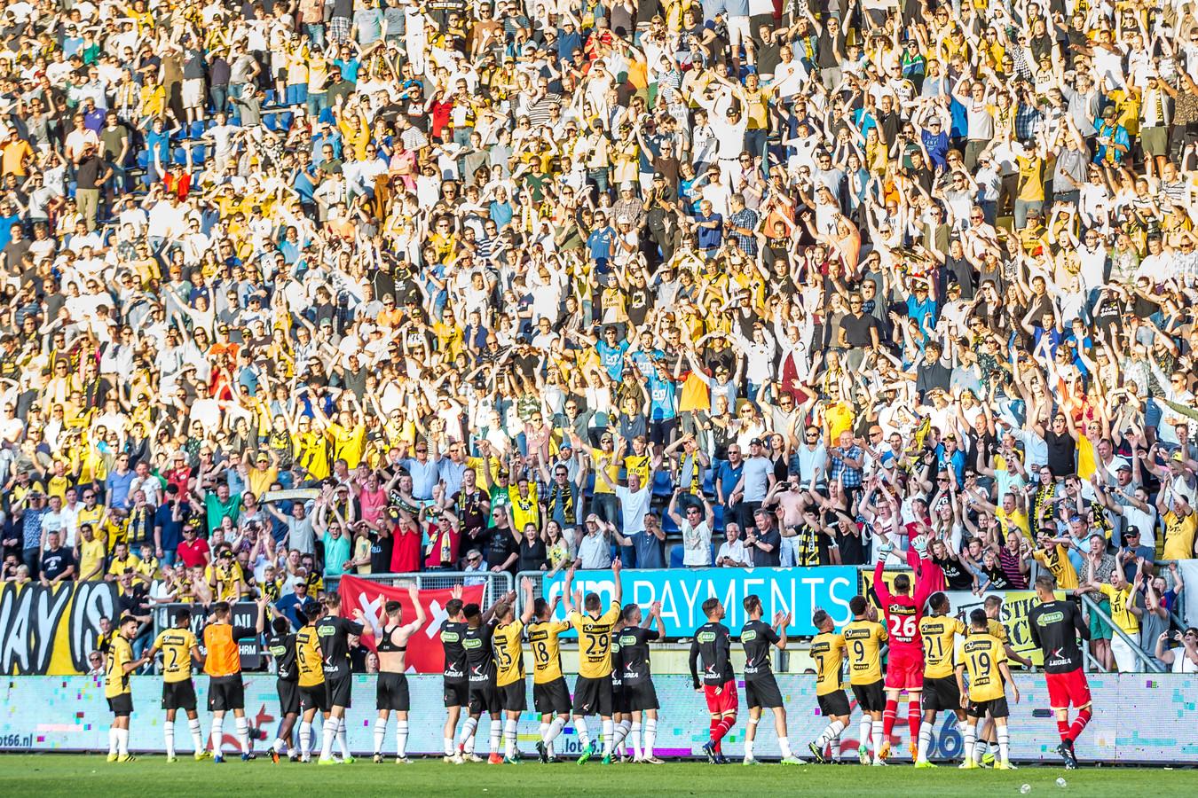 Spelers van NAC vieren feest met hun fan in het Rat Verlegh Stadion.