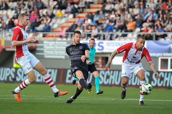 Johan Voskamp schiet de openingstreffer van RKC Waalwijk binnen.