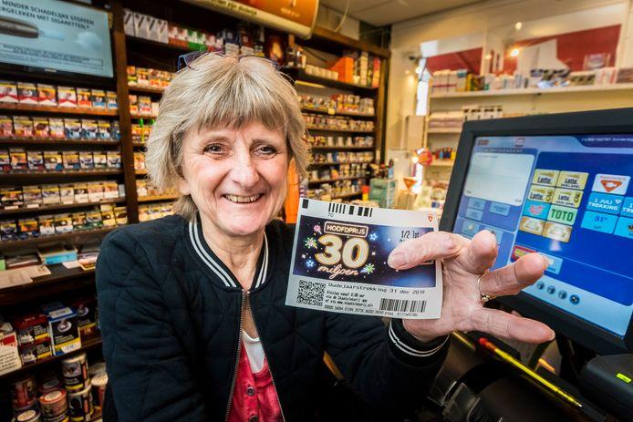 """Wynanda Evertzen van sigarenhandel Schepers verkocht het winnende lot: ,,Ik werk hier al 47 jaar, dit heb ik nog nooit meegemaakt."""""""