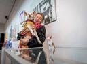 Expositie Honden, honden en nog eens honden. Twentse kunstenaars schilderen/fotograferen hun hond Carolien Koopman met 1 van haar Podenco honden.