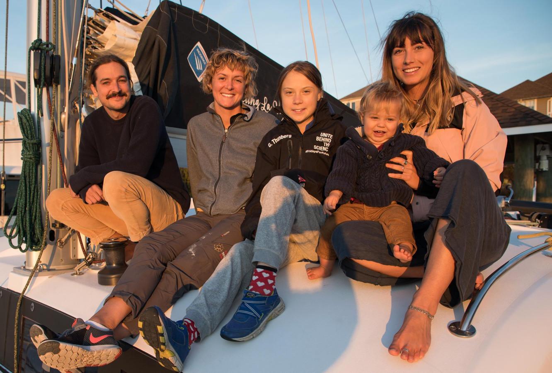 Greta Thunberg (midden) met het YouTuber-koppel  Riley Whitelum (uiterst links) and Elayna Carausu (rechts) en de professionele zeilster  Nikki Henderson (links naast Thunberg).
