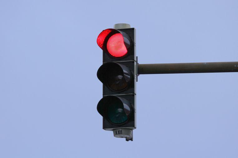 Rood licht negeren?  In Dendermonde: 480 euro boete en 15 dagen rijverbod. In Antwerpen: onmiddellijke inning van 174 euro.