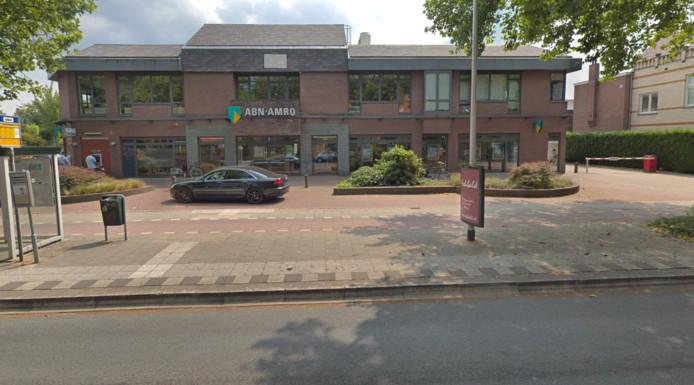 Het filiaal van ABN Amro aan de Brediusweg in Bussum. De omgeving van het bankgebouw is afgezet.