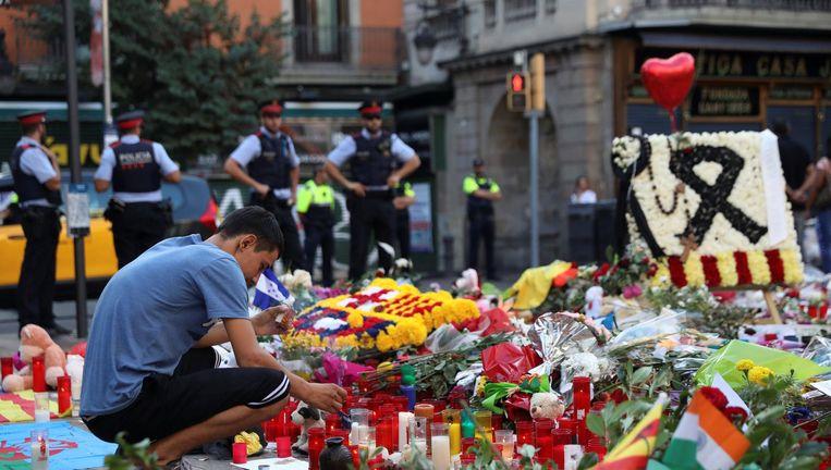 Bloemen en kaarsen op de Ramblas, waar vorige week dertien mensen om het leven kwamen door een aanslag met een busje. Beeld reuters