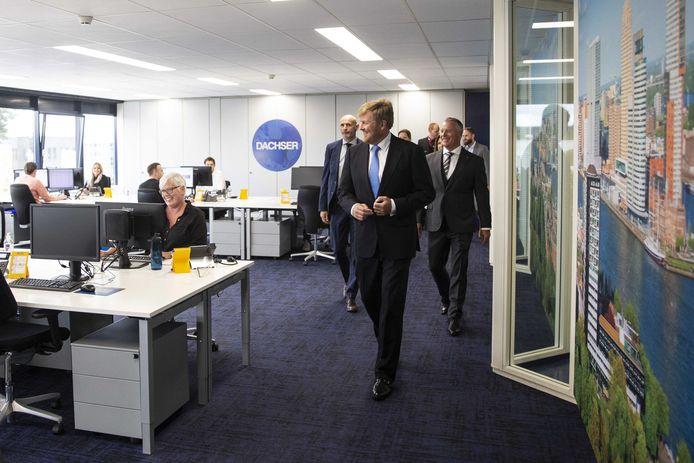 Koning Willem-Alexander tijdens een werkbezoek aan Dachser.