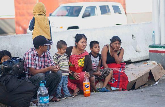 Migranten wachten aan de Mexicaanse kant van de Mexicaans-Amerikaanse grens.