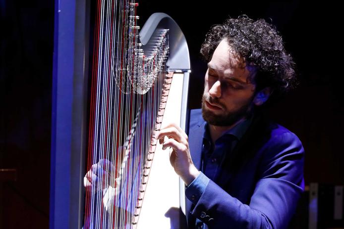 Remy Van Kesteren Speelt Zijn Eigen Lied In Muziekgebouw