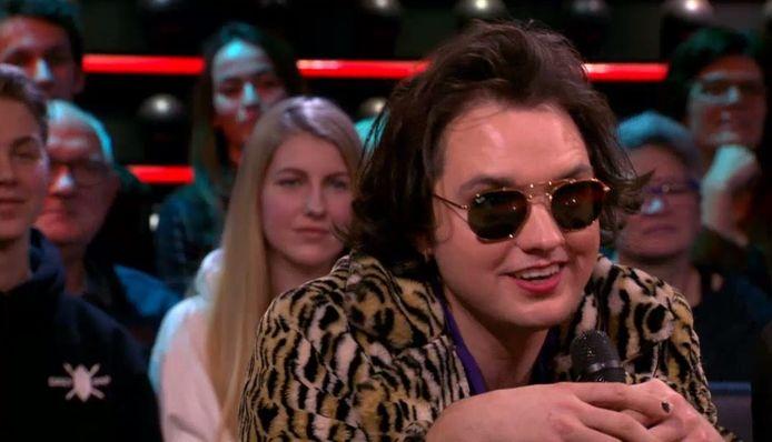Jett Rebel met zonnebril bij DWDD