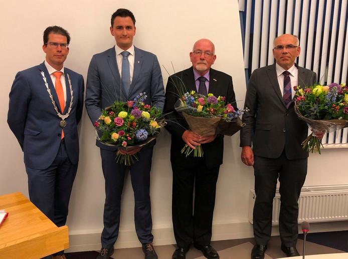 De nieuwe raadsleden Frank Jonk, Arnold Kion en Marcellino Kropman naast burgemeester Joost van Oostrum