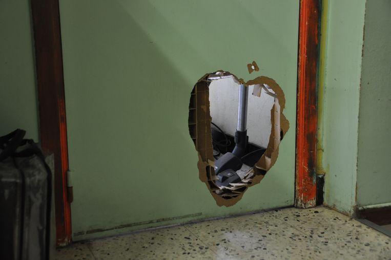 De inbrekers zaagden een gat in de deur van de dagbladhandel.