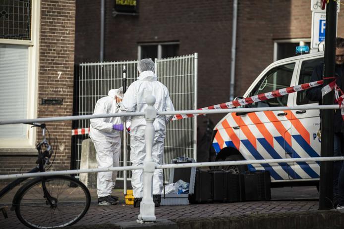 Onderzoek in de Delftse Breestraat nadat de politie op een man met een wapen heeft geschoten.