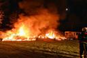 Vlammenzee verwoest twee caravans in Oisterwijk.