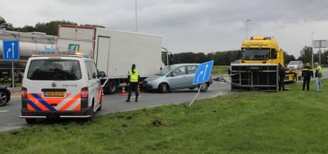 Auto met aanhanger geschaard bij Wierden, vrachtwagens kunnen amper passeren