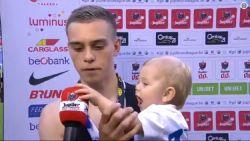 Schattigheid troef: eenjarig zoontje van Leandro Trossard heeft het op de microfoon gemunt