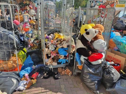 Er zijn inmiddels duizenden knuffels opgehaald door de supportersverenigingen van ADO.