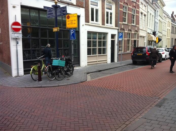 De exploitant van pizzabar Deeg op de hoek Lange Putstraat-Verwersstraat wil een parkeerplaats voor zijn deur als terras benutten.