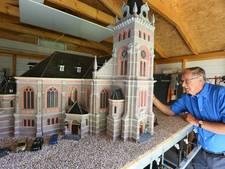 Apeldoornse miniatuurkerk veilig  aangekomen in Grote Kerk