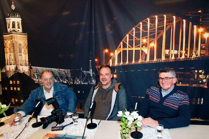 Drie bekende Deventer fotografen naast elkaar: Auke Pluim zit links, met naast hem Ronald Hissink en Ab Hakeboom.