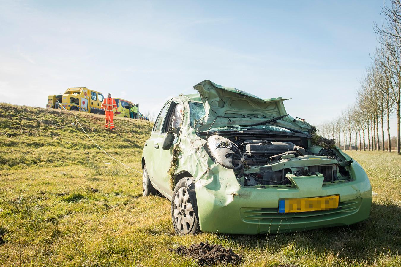 De auto belandde van de weg op de A27 bij Houten en belandde in de berm.