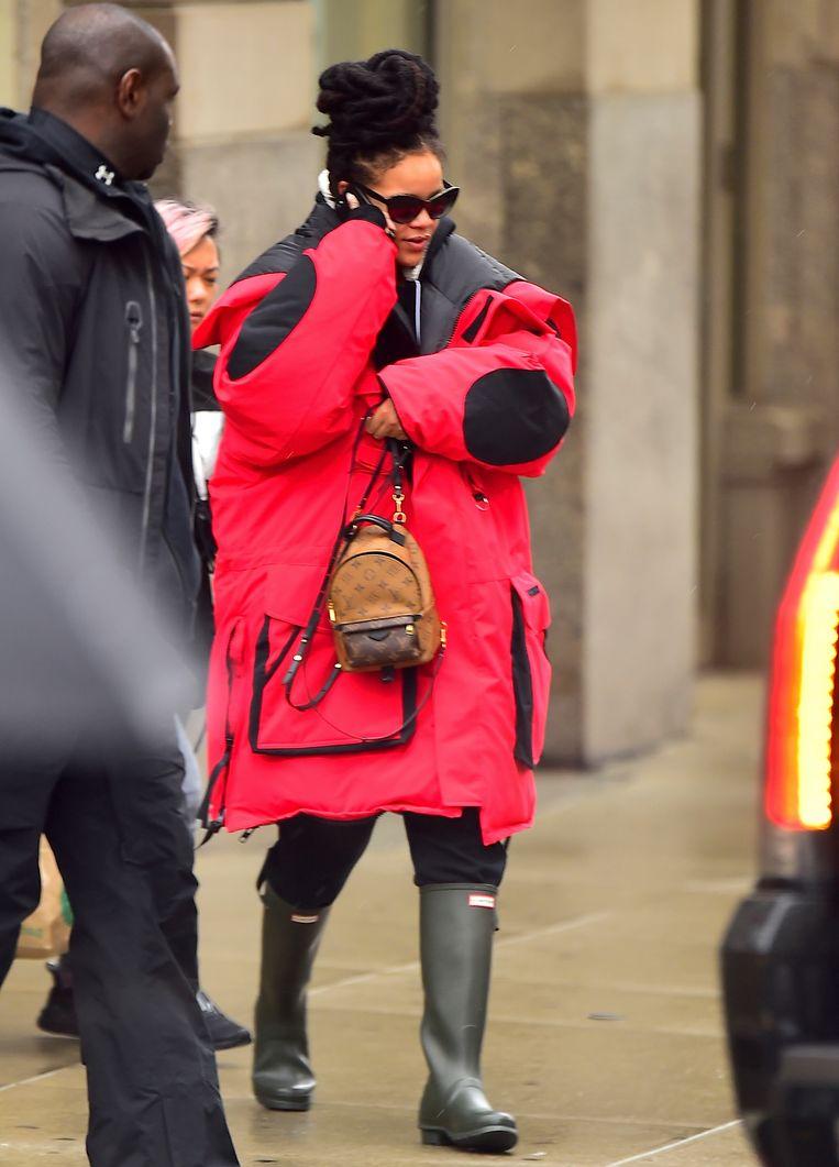 Rihanna in een enorme wegwerkersjas.   Beeld null
