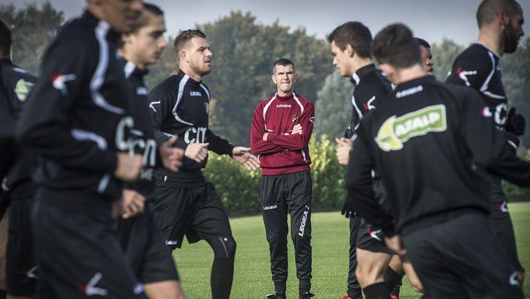Marinus Dijkhuizen observeert tijdens zijn eerste training bij NAC. Beeld Ron Magielse/ Het Fotoburo