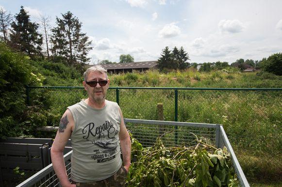 Patrick Leemans uit Gelinden waarschuwt al bijna een jaar voor de gevaarlijke situatie van de illegaal verhoogde grond achter zijn huis.