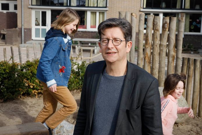 Harrie Gubbels, directeur van vrije school Meander op het schoolplein.
