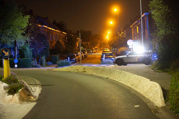 De wagen raakte de betonblokken langs de weg en kwam links in de voortuin van een woning terecht.