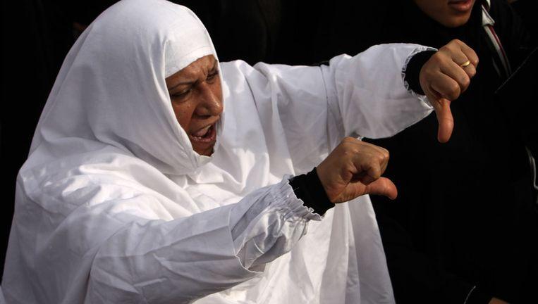 Een demonstrant maakt een gebaar 'weg met de machthebbers'. Beeld ap