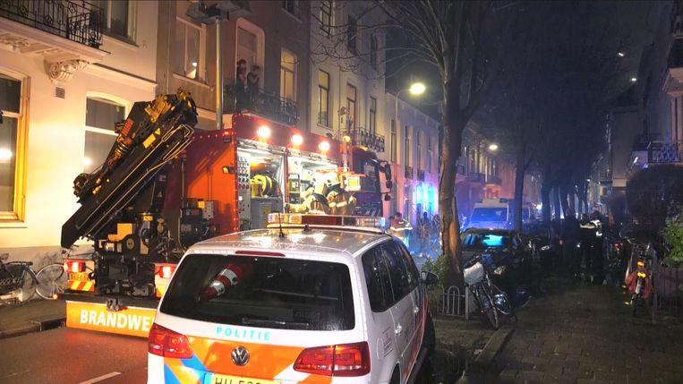 Hulpdiensten zijn ter plaatse aan de Kastanjelaan in Arnhem, waar meerdere mensen gewond raakten toen tijdens de jaarwisseling een balkon instortte. Beeld anp