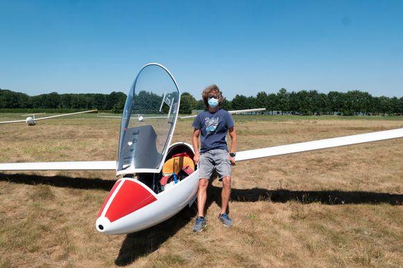 Bart Van Eycken met zijn zweefvliegtuig.