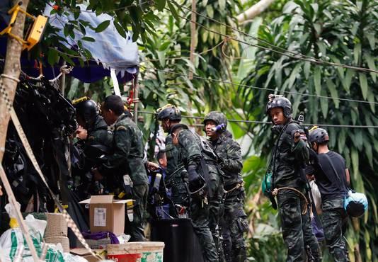Thaise soldaten brengen duikapparatuur naar de grot in het Tham Luang Nang park