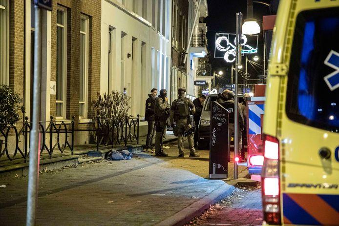 Het arrestatieteam voor de woning aan de Jansbinnensingel in Arnhem