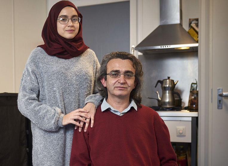 Phil Nijhuis. Beeld Turkse vluchtelingen Nevzat Uslu en zijn dochter Zeynep in het AZC in Rijswijk.