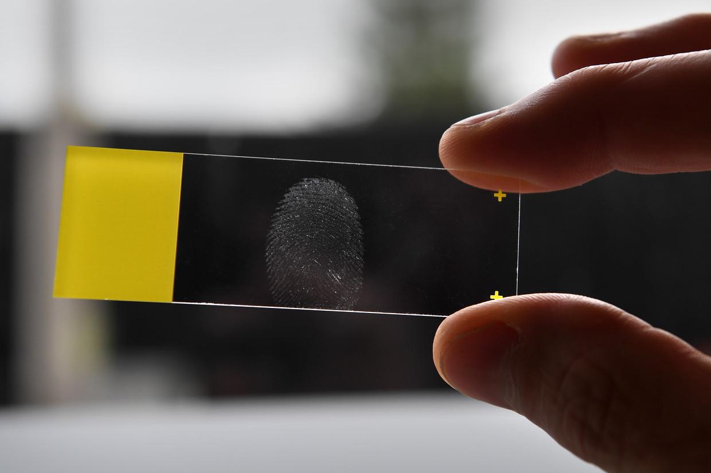 Jaarlijks stellen forensisch rechercheurs op plaatsen delict zo'n 15 tot 20 duizend vingersporen veilig. Beeld Marcel van den Bergh / de Volkskrant