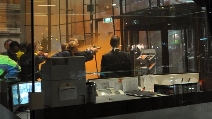 Getrokken pistolen bij de bestorming van het Maasgebouw vorig jaar.
