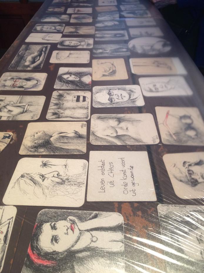 Op de bar lagen tientallen bierviltjes, door Marinus voorzien van schetsjes en tekstjes.