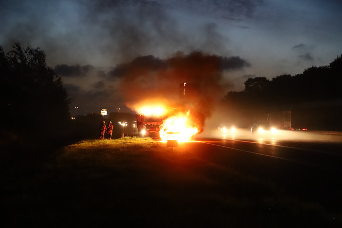 Een auto vloog op de A15 ter hoogte van Tiel in brand.