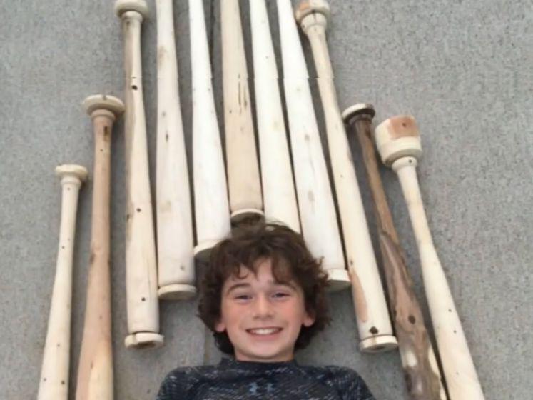 12-jarige Tommy maakt baseballknuppels van afgebroken hout door windstorm om geld in te zamelen