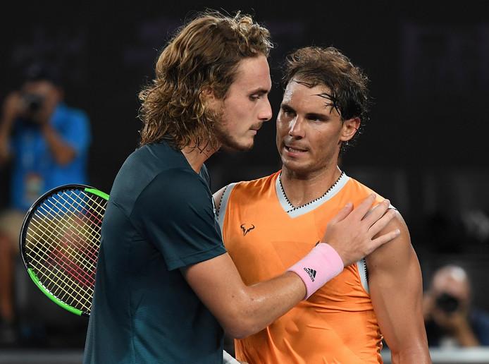 Stefanos Tsitsipas met Rafael Nadal, die hem zojuist met grote overmacht heeft verslagen in de halve finale van de Australian Open op donderdag 24 januari.
