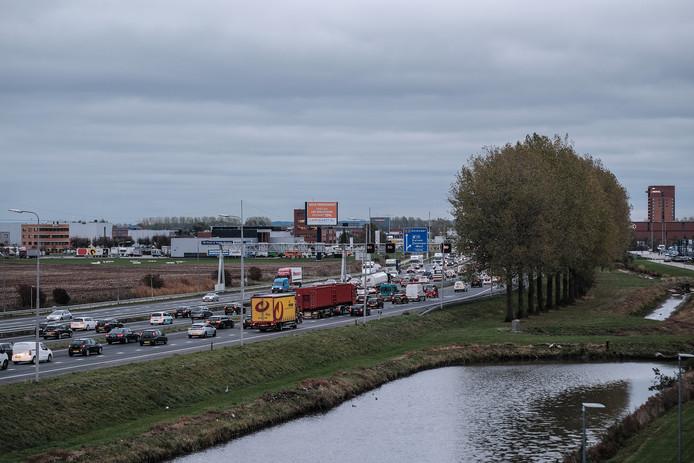 Het verkeer staat weer vast op de A12 tussen de Duitse grens en Duiven. Archieffoto Jan Ruland van den Brink