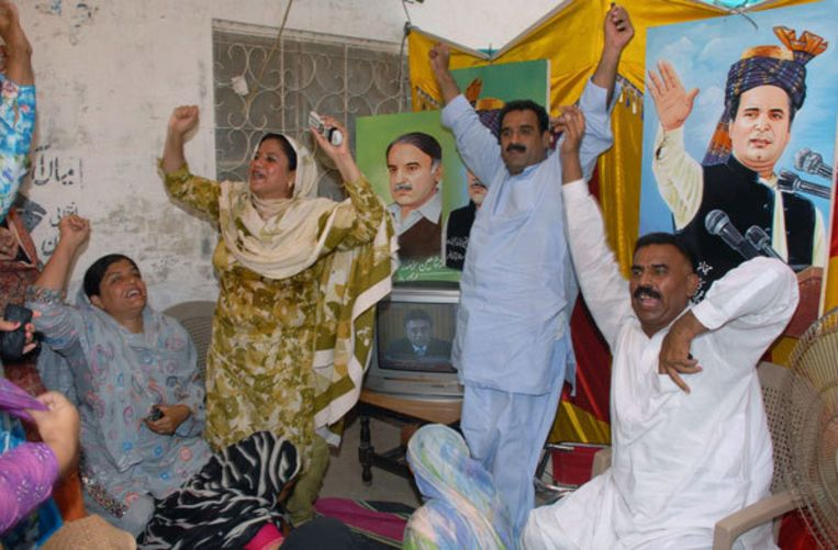Aanhangers van de PML-N, de partij van oud-premier Nawaz Sharif, reageren maandag opgetogen na het aftreden van Musharraf. Foto AP/Khalid Tanveer Beeld