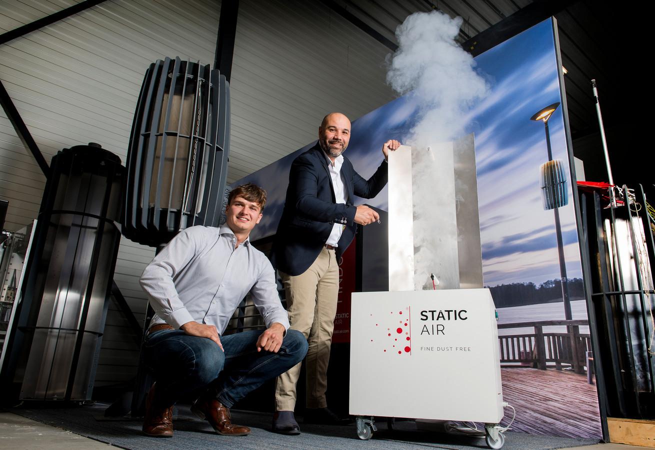 Twan van der Slikke (links) en Steven Finsy bij een proefinstallatie van FDRS bij StaticAir in Geldermalsen. Rechts is te zien hoe een FDRS bevestigd wordt aan een lantaarnpaal om fijnstof uit de lucht te halen.