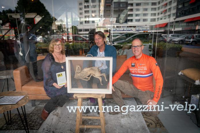 Marion van Hoof, Rob Chevallier en Hubert van Soest (van links naar rechts) met een werk van Maria Strik.