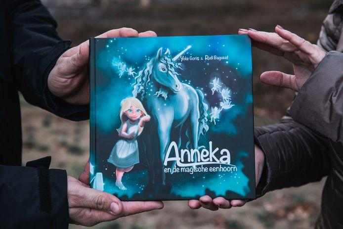 Yoke en Rudi samen met hun boek 'Anneka'.