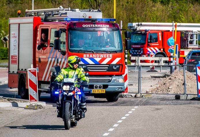 Brandweer en politie rijden het ziekenhuisterrein op.