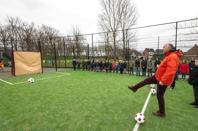 Wethouder François Babijn opent de nieuwe voetbalkooi op basisschool De Nieuwe Van Dale in Sluis.