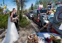 Gerjon en Krista de Graaf worden op hun huwelijksdag verrast door voorbijrijdende vrienden en familie.