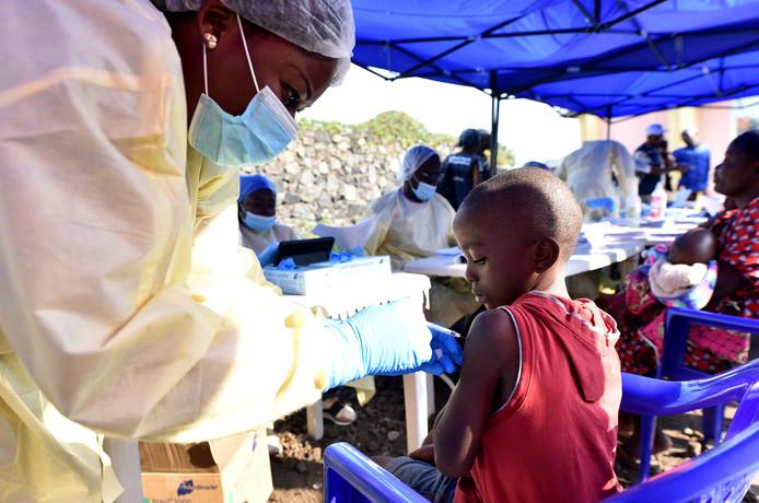 Een kind in Congo krijgt een vaccin tegen ebola.